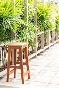 空の木製椅子