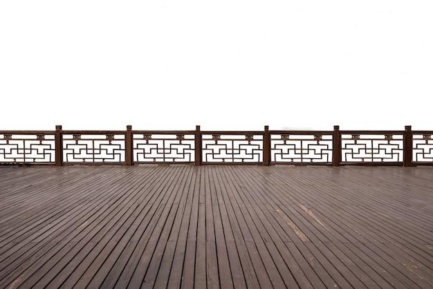 Пустые деревянные полы с древней архитектурой на берегу озера