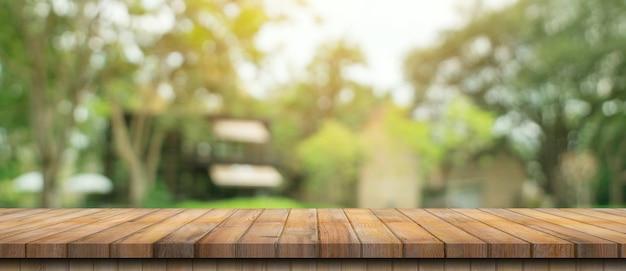 Пустой деревянный стол и расфокусированный