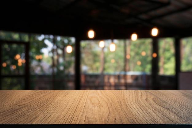 빈 나무 테이블 상단 및 밤 시장 배경 / 선택적 초점의 흐림. 몽타주 제품 표시.