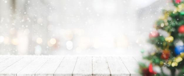 Пустой деревянные столешницы на размытие с боке рождественская елка баннер фон с снегопада.