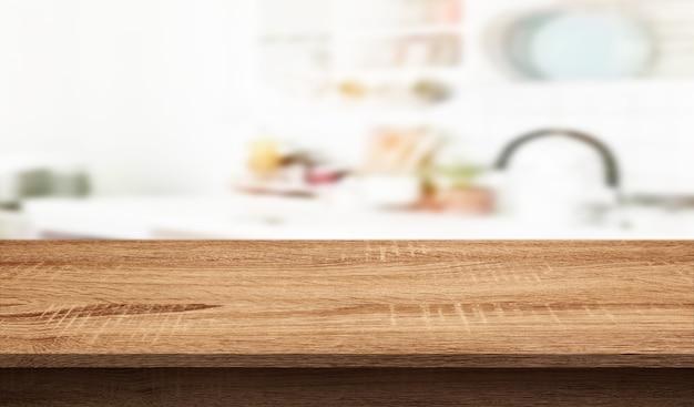 흐릿한 주방 카운터 배경의 빈 나무 테이블 상단은 디스플레이 또는 제품에 사용할 수 있습니다.