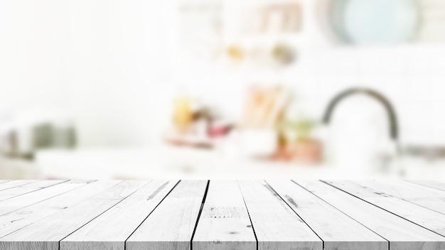 흐릿한 주방 카운터 배경의 빈 나무 테이블 상단을 디스플레이에 사용할 수 있습니다.