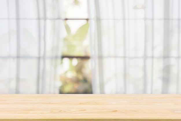 제품 디스플레이 템플릿에 대한 흐림 흰색 커튼 창 및 녹색 정원 배경 빈 나무 테이블 탑