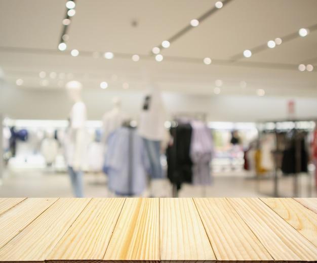 쇼핑몰에서 여자 유행 부티크 의류 매장 창 디스플레이 빈 나무 테이블
