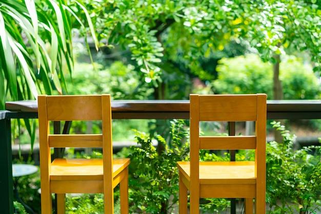 정원의 빈 나무 바 의자 장식