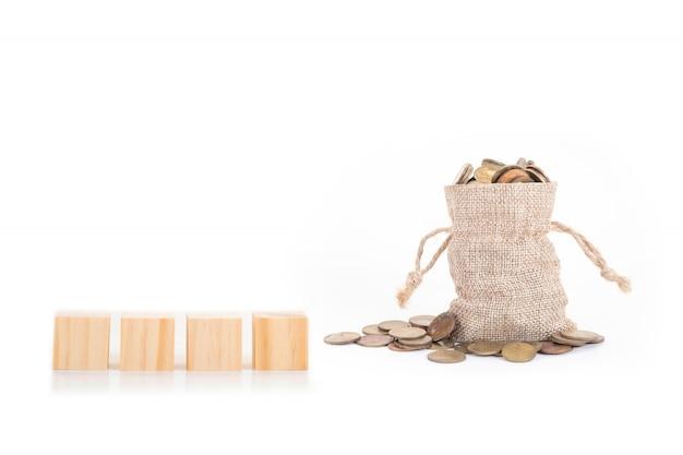 Пустые деревянные блоки на мешках с деньгами