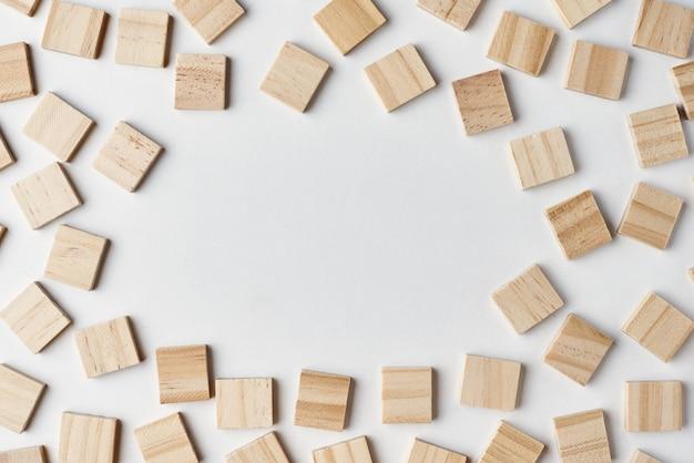 コピースペース、トップビューで白い背景に空の木製ブロックパターン