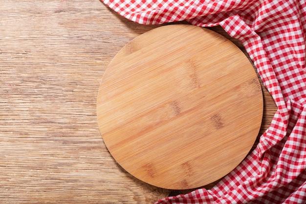Пустая деревянная доска на деревянном столе, вид сверху
