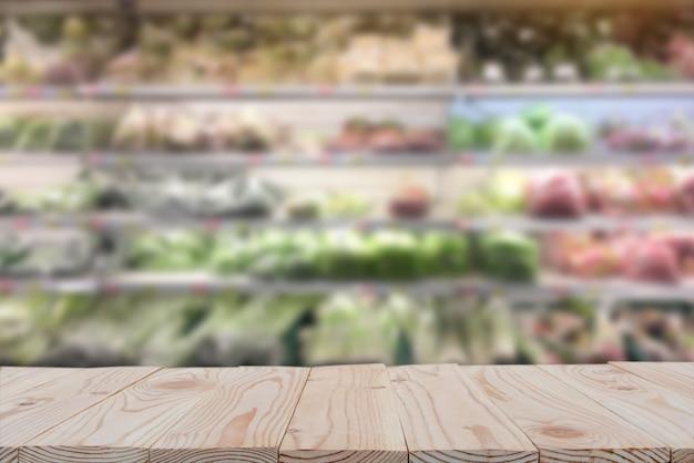 흐리게 슈퍼마켓 배경에 빈 나무 보드 테이블 위에.