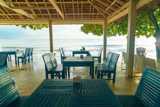 ビーチの海と空の木製の椅子