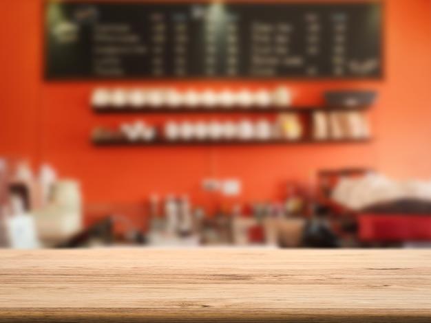 カフェの背景を持つ空の木製カウンタートップ