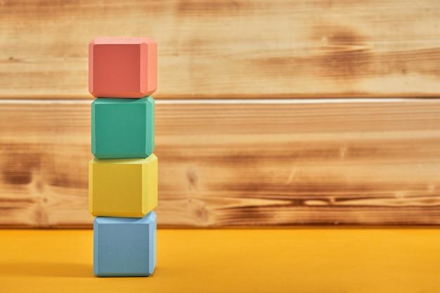 空の木製キューブモックアップスタイル、コピースペース。創造的なデザインのためのカラフルなブロックテンプレート、テキストのための場所。