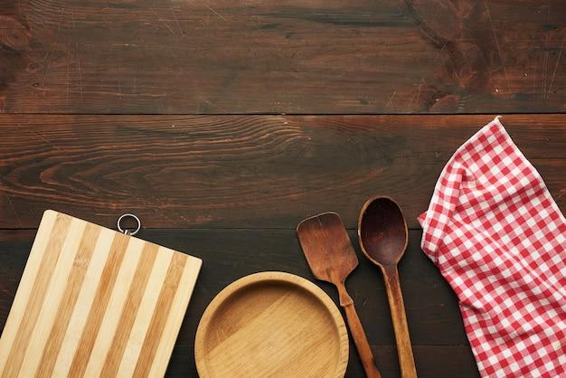 空の木製まな板、木製の丸皿とスプーン