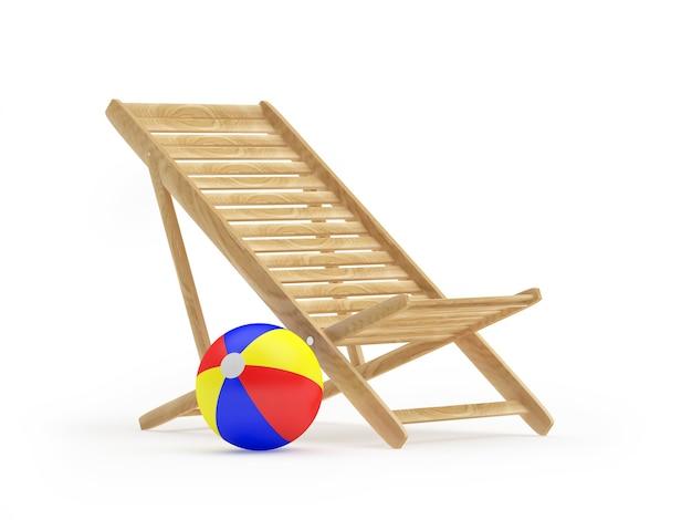 Пустой деревянный шезлонг с пляжным мячом