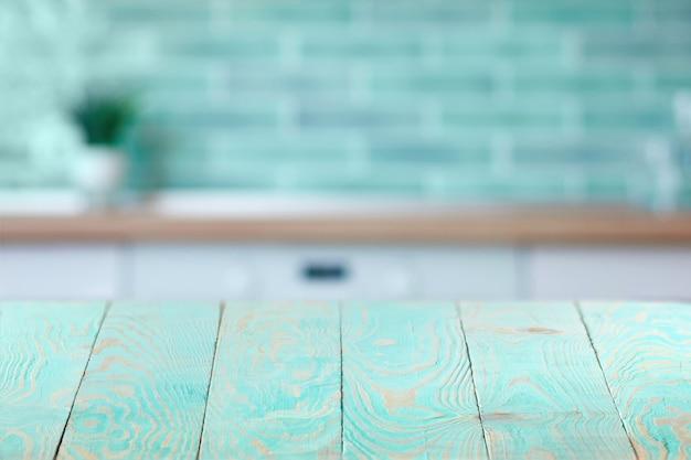 현재 제품 및 다른 것들, 복사 공간에 대 한 흐리게 벽돌 인테리어 벽 배경에 빈 나무 데크 테이블. 창의력에 사용할 수 있습니다.