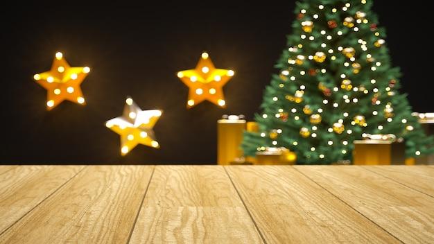 Пустой деревянный палубный столик над изумительной рождественской елкой с золотыми подарочными коробками и звездами