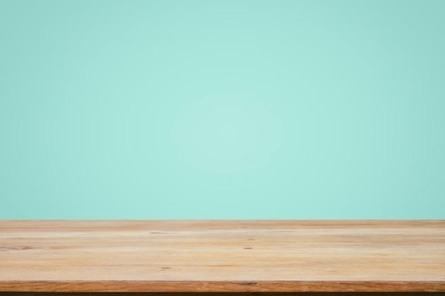 민트 바탕 화면 배경 위에 빈 나무 데크 테이블입니다.