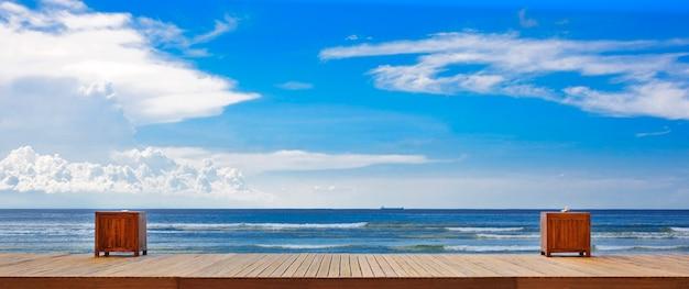 製品展示モンタージュのための空の木製の桟橋とビーチデスクスペースと空の背景