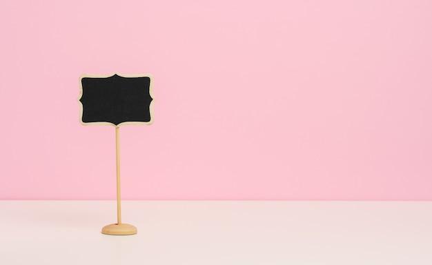 Пустой деревянный указатель на палочке для написания текста, розовый фон, копия sace