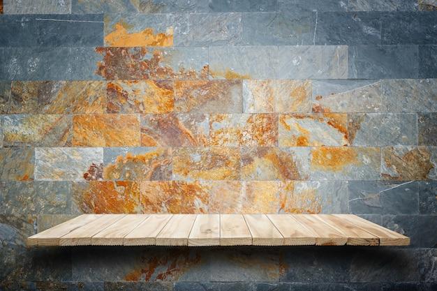 빈 나무 선반과 돌 벽 배경입니다. 제품 전시를 위해