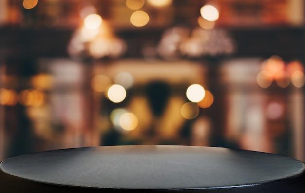 밝은 반점과 추상 흐리게 축제 밝은 배경 앞 빈 나무 테이블