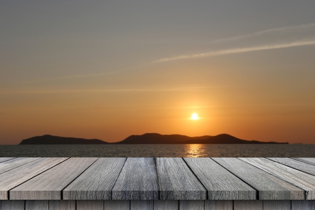 Пустой деревянный стол на небе на фоне заката и горы для дизайна в вашей концепции лета работы.