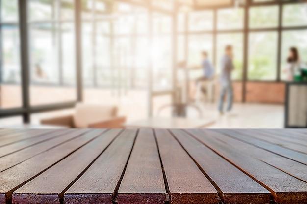 빈 나무 테이블 공간 플랫폼 및 제품 디스플레이 몽타주 작업 및 회의 장소 배경 흐리게 커피 숍. 선택적 초점.