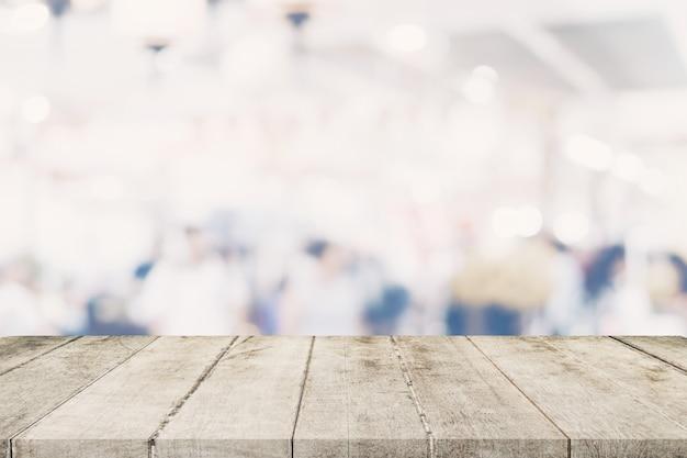 Пустой деревянный стол с размытым абстрактные люди на кафе на фоне ресторана