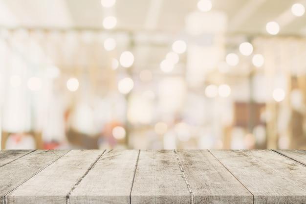 Пустой деревянный стол с размытым абстрактные люди на кафе на фоне ресторана.