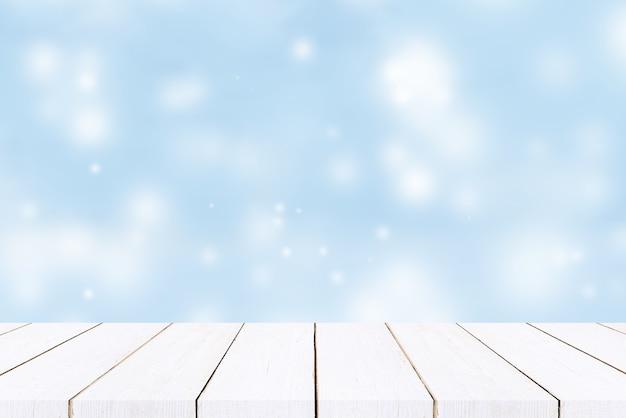 Пустой деревянный стол с пастельно-синим фоном боке