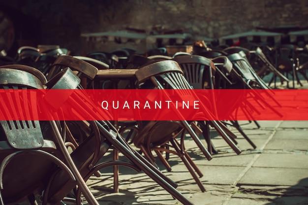 코로나바이러스로 인해 폐쇄된 야외 레스토랑의 빈 나무 테이블과 의자