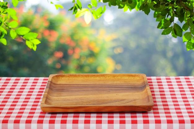 Bokeh 배경 흐림 나무 위에 테이블에 빈 나무 트레이