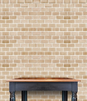 벽돌 타일 벽에 빈 나무 빈티지 테이블, 제품의 디스플레이 모의