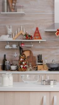 誰もいない空のクリスマス装飾料理用キッチンは、伝統的なクリスマスのお祝いの準備ができています