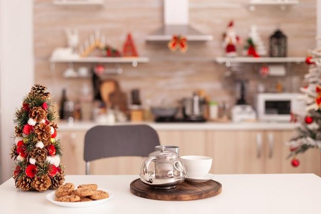 Пустая рождественская украшенная кулинарная кухня, в которой никого нет, готовая к рождественским праздникам