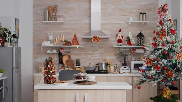 誰もいない空のクリスマス装飾キッチンは、クリスマスの朝のデザートの準備ができています