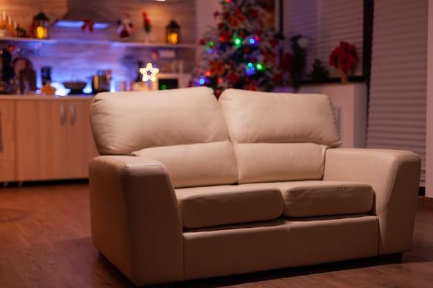 Пустая рождественская гостиная, в которой никого нет, готова к зимнему отдыху дома
