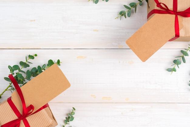Пустой список желаний xmas с маленьким подарком на деревянном фоне