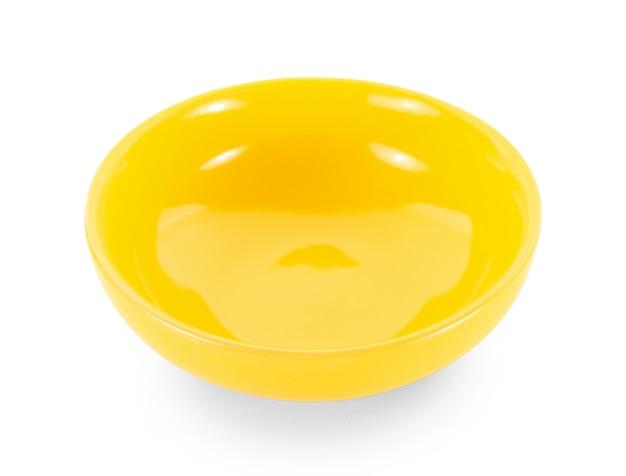 白い背景の上の空の黄色いボウル
