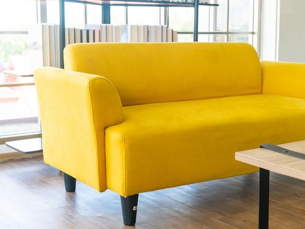 Пустой желтый тканевый диван в комнате