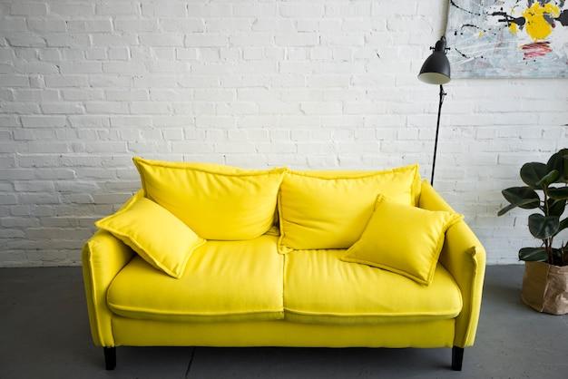 自宅で空の黄色いソファー