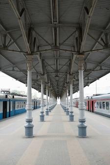 ロシアのモスクワの鉄道駅。 emtyプラットフォームの1点透視図