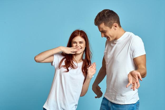 Влюбленные мужчина и женщина в джинсах и футболке изолированы