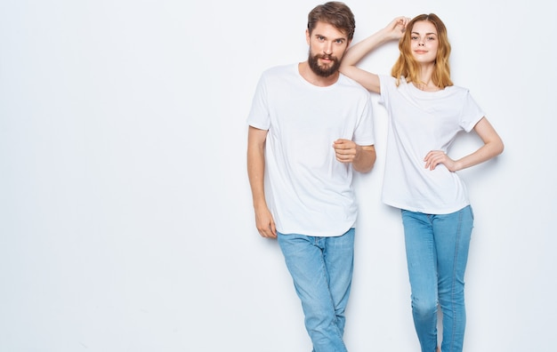 자신의 손으로 몸짓 재미 매혹 된 여자와 남자 티셔츠 가족 친구