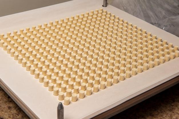 Инкапсулирующая пластинка для производства капсул гомеопатических или аллопатических средств