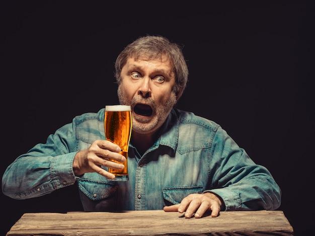 ビールのグラスと魅惑的な感情的なファン