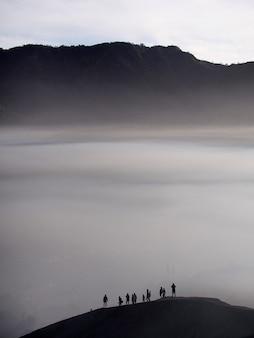 Bromo山から見た霧の朝のbromo tengger semeru公園の魅力的な眺め