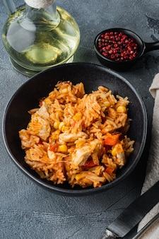 Энчилада с томатным рисом, мексиканский рецепт, на сером