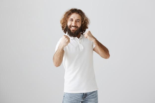 陽気な陽気な中東の男が唱え、喜んで手を上げる